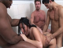Brunette suce des bites en gang bang