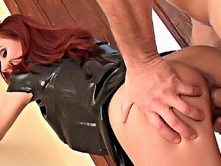Rousse en latex pour baise immdiate